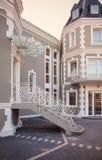 一家新和现代旅馆的外部 库存图片