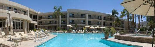 一家旅馆的一个几乎空的游泳池周围的全景在印第安韦尔斯 免版税库存图片