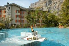 一家旅馆的游泳池Leukerbad的 库存图片