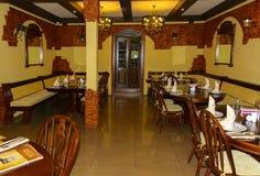 一家昂贵的咖啡馆餐馆的现代内部 免版税库存图片