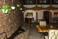一家昂贵的咖啡馆餐馆的现代内部 免版税库存照片