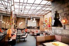 一家普遍的餐馆的室内设计在老镇的中心 免版税库存图片