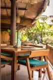一家热带餐馆的内部巴厘岛的,印度尼西亚 椅子制表木 库存图片