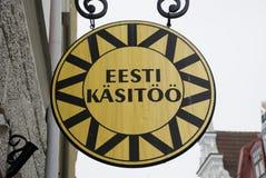 一家爱沙尼亚语工艺品商店的圆的木标志在塔林 库存图片