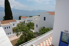 一家现代旅馆的疆土的看法有白色大厦的和 库存图片
