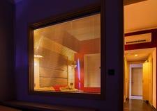 一家现代旅馆的内部房间,窗帘在分离灯和光的窗口里 库存图片