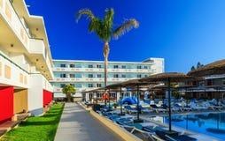 一家现代旅馆的庭院有水池和sunbeds的 库存图片