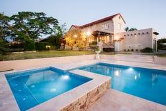一家现代旅馆的看法从水池边的 免版税库存图片