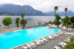 一家盛大旅馆的游泳池在科莫湖旁边的 免版税库存照片