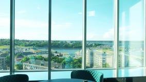 一家美丽的餐馆的内部在顶楼上的有从餐馆窗口4的美丽的景色 股票视频