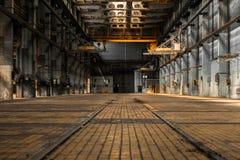 一家老工厂的工业内部 免版税库存图片