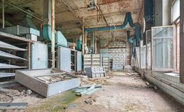 一家老被放弃的纺织品工厂的被毁坏的生产室 库存图片