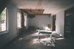 一家老被放弃的苏联医院的内部-葡萄酒影片effe 免版税图库摄影