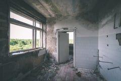 一家老被放弃的苏联医院的内部-葡萄酒影片effe 图库摄影