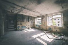 一家老被放弃的苏联医院的内部-葡萄酒影片effe 库存照片