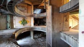 一家老被破坏的旅馆的内部 免版税库存照片