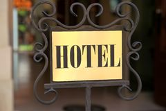 一家老迷人的旅馆的标志在布达佩斯 免版税库存图片