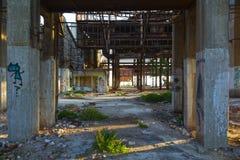 一家被放弃的工业工厂的透视图在希腊 免版税库存照片