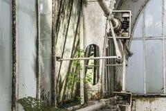 一家被放弃的工厂的内部有工业生锈的元素的 库存图片