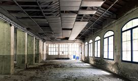 一家被放弃的工厂的内部 库存图片