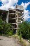 一家被放弃的工厂的被毁坏的结构 库存照片