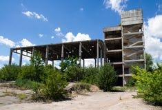 一家被放弃的工厂的被毁坏的结构 免版税库存图片