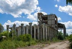 一家被放弃的工厂的被毁坏的结构 库存图片
