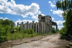 一家被放弃的工厂的被毁坏的结构 免版税库存照片