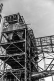 一家被放弃的工厂的金属结构的黑白图象 免版税库存照片