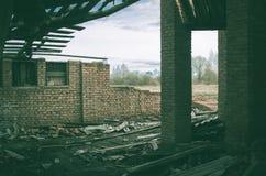 一家被破坏的老大工厂的废墟 免版税图库摄影