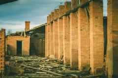 一家被破坏的老大工厂的废墟 库存照片