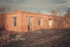 一家被破坏的老大工厂的废墟 免版税库存图片