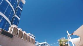 一家豪华旅游胜地旅馆和反对天空蔚蓝的热带棕榈树的看法有大白色帐篷的 股票录像