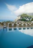 一家豪华旅馆的游泳池在卡普里岛海岛上的在意大利 库存照片