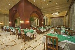 一家豪华旅馆餐馆的内部 库存图片