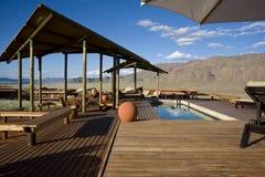 一家非常豪华旅馆的池在纳米比亚 免版税库存照片