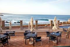 一家餐馆的大阳台有太阳树荫的在一个美丽的海滩 免版税库存照片