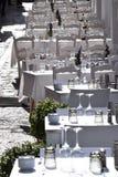 一家餐馆的美丽的大阳台在地中海村庄在白色-所有装饰的阳光下 免版税库存图片