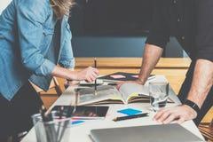 一对一的会议 企业生意人cmputer服务台膝上型计算机会议微笑的联系与使用妇女 配合 站立在彼此前面的商人和女实业家近的桌 免版税库存图片