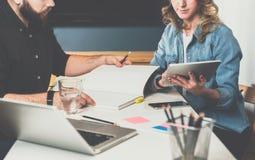 一对一的集会 企业生意人cmputer服务台膝上型计算机会议微笑的联系与使用妇女 配合 坐在桌上的商人和女实业家 免版税库存照片
