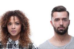 一对严肃的年轻夫妇的特写镜头面孔 免版税图库摄影