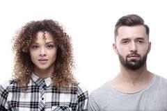 一对严肃的年轻夫妇的特写镜头面孔 库存照片