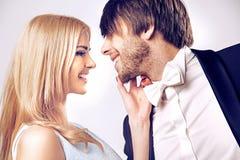 一对亲吻的夫妇的特写镜头画象 免版税库存图片