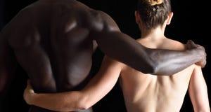 一对人种间夫妇的容忍在黑色的 免版税库存图片