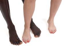 一对人种间夫妇的脚和腿 库存照片