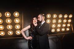 一对典雅的夫妇的浪漫样式画象在夜总会的 免版税库存照片