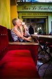 一对前辈夫妇在凡高cafè,法国 免版税图库摄影