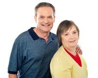 一对变老的微笑的夫妇的纵向 免版税库存照片