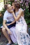 一对可爱的夫妇的热情的亲吻在公园 库存图片
