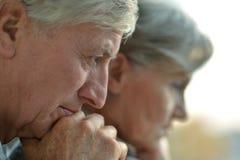 一对哀伤的长辈夫妇的特写镜头画象 免版税库存照片